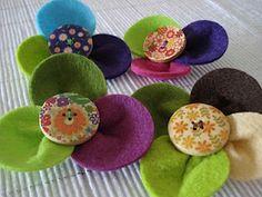Flores de feltro industrial com botão de madeira