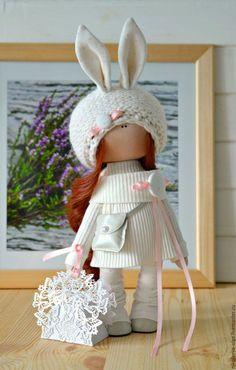 Купить или заказать Интерьерная текстильная кукла в интернет-магазине на Ярмарке Мастеров. Кукла полностью текстильная. Сама сидит и стоит. Одежда не снимается. Кукла может стать идеальным подарком для Ваших любимых. Доставка включена в стоимость.