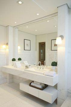 miroir éclairant salle de bain avec plan de lavabo suspendu et étagère avec des tiroirs pour tout ranger