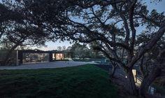 Gramado - Vista da Garagem - Casa de Campo - Beverly Hills - Casa Contemporânea na Califórnia por Walker Work Shop - Decostore