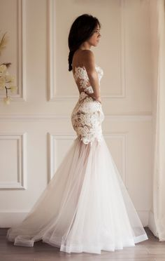 Effortlessly beautiful silhouette with intricate details, luxurious fabrics and laces, and glamorous crystal beadings, here is a collection of  Yasmine Yeya Couture wedding dresses we love the most. Take a look and happy pinning!