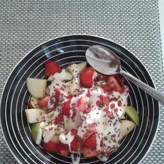 What2eat4breakfast?  Mix  banana, apple, strawberries, greek yogurt, flax seeds and goji berries in one plate and just watch your body go waaaau!