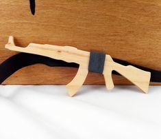 Drewniana muszka AK-47, mucha z drewna pistolet - VipWood - Muchy męskie