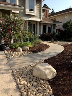Awesome 43 Gorgeous Front Yard Landscaping Ideas on a Budget https://besideroom.com/2017/06/14/43-gorgeous-front-yard-landscaping-ideas-budget/