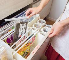 乾物の行方不明や二重買いを解消するスペシャル収納術 画像(1/5) スライドバーの両端をボックスに引っ掛けて、つるし収納 Organisation Hacks, Kitchen Organization, Storage Organization, Storage Ideas, Clean Up, Konmari Method, Declutter, Housekeeping, Home Kitchens