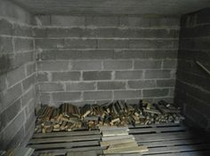 """Tässä """"uusia polttopuita"""", eli samaa rakentamisen aikaista ylijäämäpuuta, joka nyt on ollut ulkosäilytyksessä pressun alla, kun ei ole muuallekaan mahtunut. Siirrän ne kuitenkin ennen syksyä sateelta suojaan, niin ovat varmuudella sitten kuivia. Tästä kun alkaa peräseinältä päin tilaa täyttämään, niin puuta mahtuu suojaan valtavat määrät. Tilan leveys on 270cm ja korkeus normaali huonekorkeus eli vähän yli 2 metriä. Alun perin polttopuu varasto piti olla kellarin lämpymällä puolella, mutta…"""