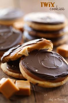 Twix Cookies from chef-in-training. If you love Twix, then you will LOVE these cookies! Shortbread cookie, caramel filling and chocolate topping- they are INCREDIBLE! Twix Cookies, Yummy Cookies, Cookies Et Biscuits, Yummy Treats, Sweet Treats, Twix Cake, Caramel Cookies, Sweet Cookies, Twix Brownies