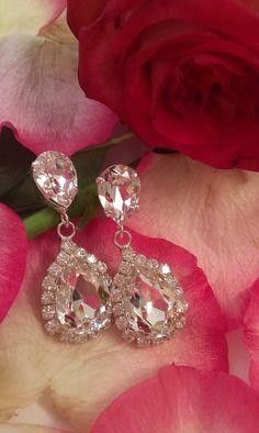 Σκουλαρίκια κρεμαστά σε ουδέτερη απόχρωση #νυφικάσκουλαρικια #weddingearrings #greekfashion  #σκουλαρίκια Diamond Earrings, Diamonds, How To Wear, Jewelry, Fashion, Jewels, Moda, Jewlery, Jewerly