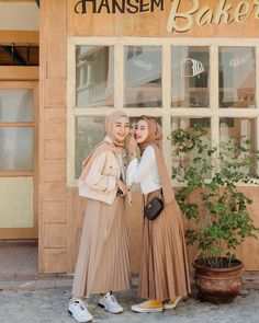 Your scarf is central to the element inside the outfits of women along with hijab. Because it is central to t Hijab Casual, Modest Fashion Hijab, Modern Hijab Fashion, Muslim Women Fashion, Street Hijab Fashion, Hijab Chic, Modest Outfits, Casual Outfits, Fashion Outfits