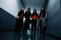 """Bo Ningenはイギリス・ロンドンで出会った日本人4人によって2007年に結成され、現在もロンドンを拠点に活動しているバンドである。2010年に『Bo Ningen』、2012年に『Line The Wall』、2014年に『Ⅲ』と、これまでに3枚のアルバムを発表。同国をはじめとしたヨーロッパ、そしてここ日本にも熱狂的なファンを多く持つ。それと同時に、近いところで2016年だけでもプライマル・スクリームやサヴェージズ、スーパー・ファーリー・アニマルズにザ・フォールらのサポート・アクトを務めたように、ベテランから同世代まで多くのアーティストにも支持されてきた。過剰なまでのカオティックなサウンドが持つ中毒性と、聴く者を""""ハッ""""とさせ..."""