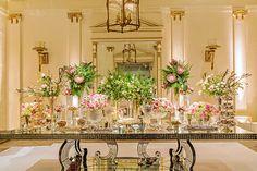 Decoração de casamento clássica com toques modernos - transparência e espelhos - flores rosa - mesa de doces ( Decoração: Clarissa Rezende | Foto: João Coelho )