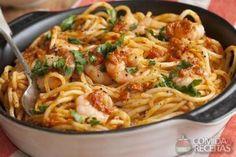 Espaguete com camarão, em Massas, ingredientes: 300g de espaguete,300g de miolo de camarão,Sal e pimenta,1 colher (sopa) de azeite,2 dentes de alho,1/2 cebola,4 colheres (sopa) de salsa picada,100ml de vinho branco,8 colheres (sopa) de polpa de tomate,1 malagueta seca...