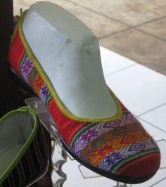 Rot und blau gestreifte Damen Slipper aus peruanischem Manta Stoff