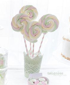 """Kule """"kjærligheter"""" av marshmallows-godteri snurret og festet på sugerør"""