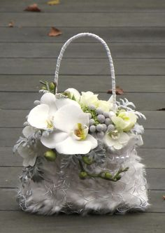 A stylish and refreshing alternative to the original bridal bouquet Created… Deco Floral, Arte Floral, Floral Design, Ikebana, Flower Bag, Flower Girl Basket, Floral Wedding, Wedding Bouquets, Floral Bags