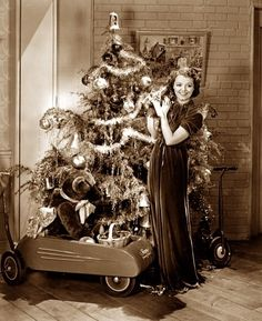 Vintage publicity shot of Janet Gaynor by a Christmas tree. Vintage Christmas Photos, Retro Christmas, Vintage Holiday, Holiday Photos, Christmas Pictures, Vintage Photos, Christmas Fashion, Old Time Christmas, Ghost Of Christmas Past