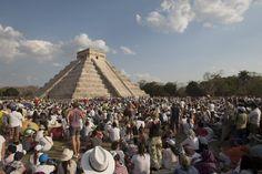 Cientos de personas recargan su energía con los primeros rayos del sol en la zona arqueológica de Chichen Itzá, del estado mexicano de Yucatán, por el equinoccio de primavera. (EFE). Más fotografías: http://clarincomhd.tumblr.com/tagged/El-D%C3%ADa-en-Fotos
