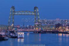 De Hef in Rotterdam in het blauwe uur door Ilya Korzelius