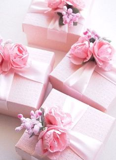 Gifts Wrapping & Package : Pretty in Pink Gift Wrapping with Pink Flowers and Satin Ribbon – Beautiful! Creative Gift Wrapping, Present Wrapping, Creative Gifts, Wrapping Ideas, Tout Rose, Gift Wraping, Beach Wedding Favors, Wedding Wishes, Wedding Card
