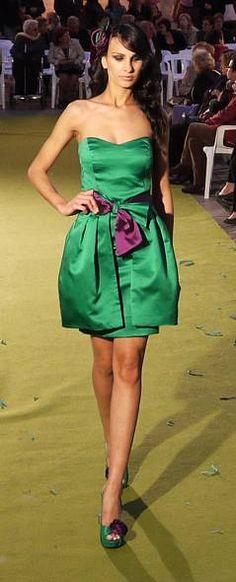 Vestido de fiesta corto modelo Salcillo verde con sobrefalda reversible en verde y morado. Dolores (www.dolorescostura.com)