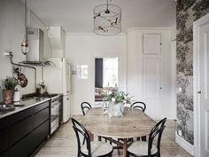 Comedor y cocina / Dormitorio pared negra / Un elegante estudio de paredes negras y decoración vintage #hogarhabitissimo