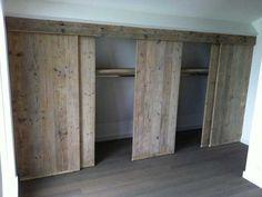 Kledingkast van steigerhout in slaapkamer