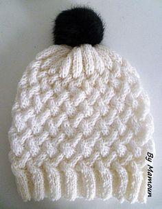Bonnet femme tricoté main en laine et alpaga le torsadé blanc et son pompon fausse fourrure bleu marine : Chapeau, bonnet par mamountricote
