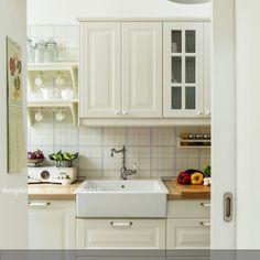 Die Vintage-Armatur in der Landhausküche gibt der Küche einen individuellen Look. Die Küche ist durch eine praktische Schiebetür zu erreichen, die sich in einer…