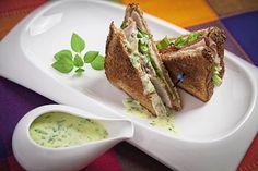 El Aderezo Cremoso a las Hierbas en un sandwich.