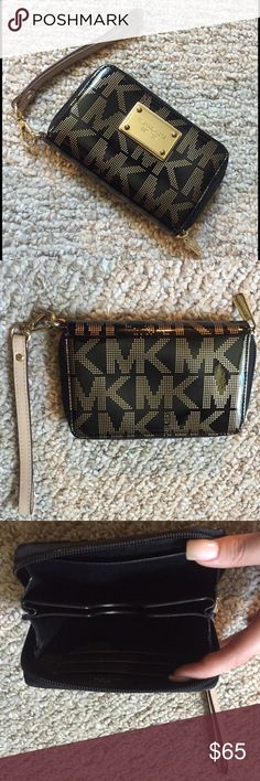 🎉Michael Kors Authentic Metallic Wristlet 🎉 Michael Kors Black & Gold Metallic Wristlet - Authentic, in great condition 😊 please no lowball offers! Measurements: 5 inches wide, 4 inches high. Michael Kors Bags Clutches & Wristlets