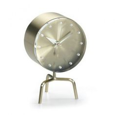 This fascinating Tripod Clock Nelson Desk Clock was created by George Nelson for Vitra.Despite being born an American, George Nelson studied architecture in Eur George Nelson, Mantle Clock, Desk Clock, Clock Decor, Alarm Clock, Table Tripod, Eames, Vitra Design Museum, Colani