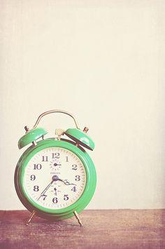 新しい朝の訪れを伝える目覚まし時計。 スッキリとした目覚めを求めるなら、お気に入りの目覚まし時計探しからしてみませんか? 今はスマホで済ましているから…という方にもおすすめな目覚まし時計もご紹介します。