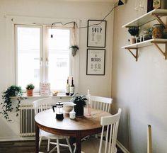 Runt bord och pinnstolar