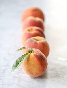 pistachio peach caramel crumble I howsweeteats.com