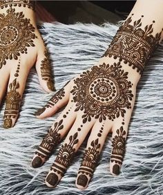 Mehndi henna designs are always searchable by Pakistani women and girls. Women, girls and also kids apply henna on their hands, feet and also on neck to look more gorgeous and traditional. Indian Henna Designs, Finger Henna Designs, Simple Arabic Mehndi Designs, Henna Art Designs, Mehndi Designs For Beginners, Mehndi Designs For Fingers, Stylish Mehndi Designs, Mehndi Design Photos, Mehndi Designs For Girls