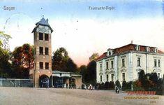 """Remiza strażacka z 1872 r. wzniesiona przy współudziale księcia Ludwika Napoleona. Obiekt wybudowano na przekazanej przez miasto działce na tzw. szańcu, za stajnią książęcą. Jak podał """"Saganer Wochenblatt"""" książę na budowę remizy i wieży przekazał część materiałów budowlanych. Kamień węgielny wmurowano dnia 3 lipca 1872 r. w obecności księcia, poświecenie zaś ukończonego obiektu nastąpiło 2 grudnia tego samego roku. Dawna remiza zachowała się do czasów obecnych i jeszcze do niedawna była… Minecraft, House Plans, Tower, Fire, Mansions, House Styles, Decor, Rook, Decoration"""