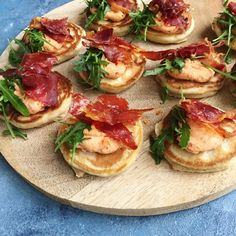 Salmon gravlax with beet - Clean Eating Snacks Yummy Eats, Yummy Food, Tapas Dishes, Tapas Party, Food Film, Tapas Recipes, Tapas Ideas, Spanish Tapas, Clean Eating Snacks