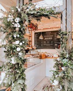 Festive decorations around the door of a cafe. Christmas Coffee, Christmas Night, Festival Decorations, Christmas Decorations, Holiday Decor, Café Design, Flower Cafe, Cute Cafe, Christmas Interiors