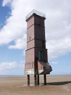3.7 > Der alte Leuchtturm der ostfriesischen Insel Memmert stand einst in den Dünen und wurde durch Erosion im Laufe von Jahrzehnten freigespült. © Niedersächsischer Landesbetrieb für Wasserwirtschaft, Küsten- und Naturschutz (NLWKN)