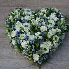 teer bloemenhart met roosjes, blauwe druifjes en vergeetmenietjes