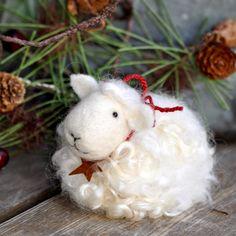 ** Cute Christmas decor** via Ana Rosa Felt Christmas Decorations, Felt Christmas Ornaments, Christmas Crafts, Merry Christmas, Needle Felted Animals, Felt Animals, Needle Felted Ornaments, Christmas Needle Felting, Sheep And Lamb
