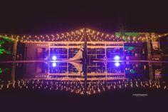 Casamento Joana e Rodrigo no Hotel Morro dos Conventos em Araranguá - SC por Virgínia Cesconeto Eventos e fotógrafo de casamento Ferreira e Maciel. Noivos na piscina com luzes