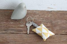 Porte-clés coussin - tissu géométrique blanc et moutarde - Fleur de laine