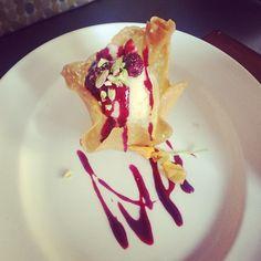 Postre canasta de helado de vainilla con mermelada de frutos rojos al Malbec