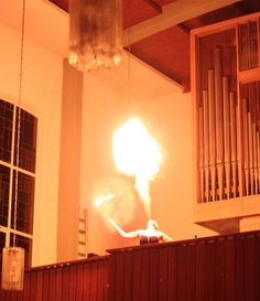 Feuerspucken in der Kirche