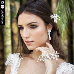 Nossa editorial #labelavita primeira coleção para casamentos diurnos  no blog @bride2bride with  Pérolas um verdadeiro caso de amor ❤️ Mais alguém ama pérolas?! No blog tem um #editorial lindo com muitas inspirações de coroas, grinaldas, brincos, pulseiras e muito mais pra você suspirar com a joia perfeita! @alessandracazzaro  . Fotografia: Carol Coelho @caixaderetratos Vestido: @atelierjardimsecreto beleza: @renatapapaleo Sapatos: @jubicudosapatos Buffet: @penduricalhosdochef