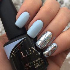 Голубые ногти и треугольные кусочки серебряной фольги на ногтях. Как сделать такие зеркальные кусочки на ногтях смотрите в видео: техника геометрического литья.