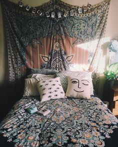 Tapestry, Instax prints, and tons of pillows: @tab_micole knows exactly what we like.  #UOonCampus