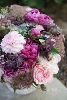 先日の結婚式のブーケを作った時に一緒にオーダーを受けたお花たち     ゲストのお部屋に飾るコンポジション 小さなアマリリスが...