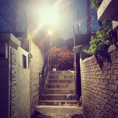 gaonkkk / 저녁 심부름 중 #계단 에서 엄마몰래 딴짓 중 / #골목 #비탈 #계단 / 2013 11 12 /